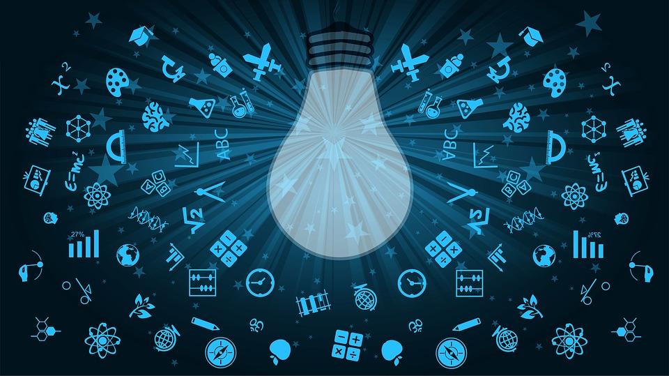 Imagen en tono azul con un foco blanco al centro rodeado por pequeños iconos de reloj, cerebro, mundo, entre otros