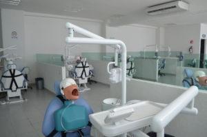 Aula con herramientas de odontología