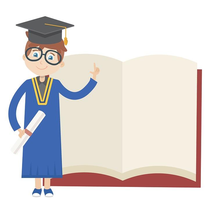 Dibujo de un hombre con toga azul con amarillo y birrete negro junto a un libro abierto