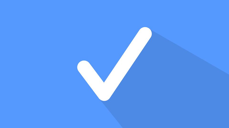 Icono de verificación en blanco con fondo azul