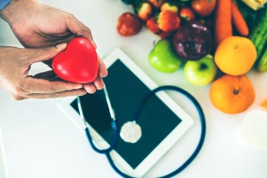 Frutas, tablet y estetoscopio sobre una mesa sobre la Licenciatura en Nutrición