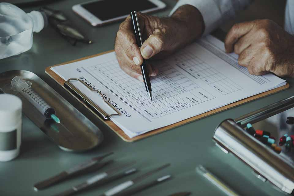 Mesa con hojas e instrumentos de una Licenciatura en Medicina