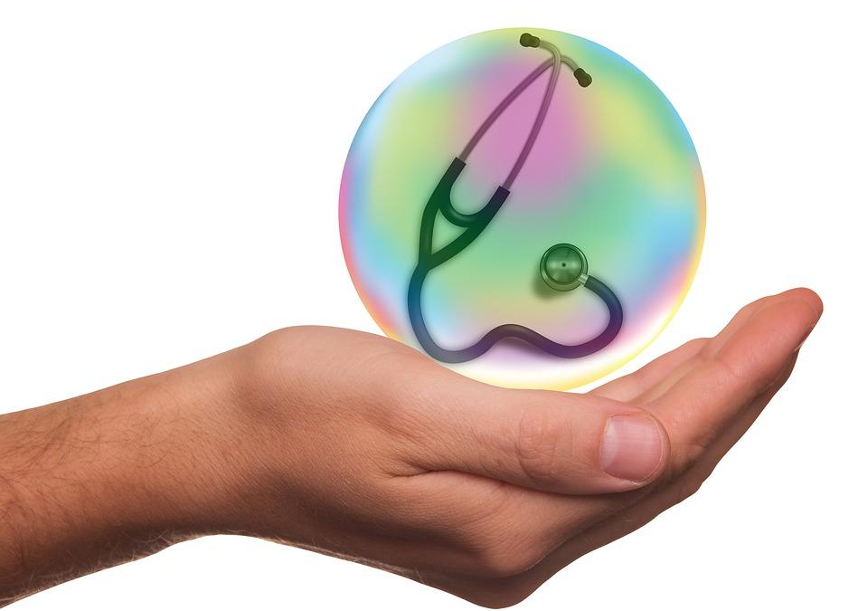 Mano con una esfera con un estetoscopio dentro