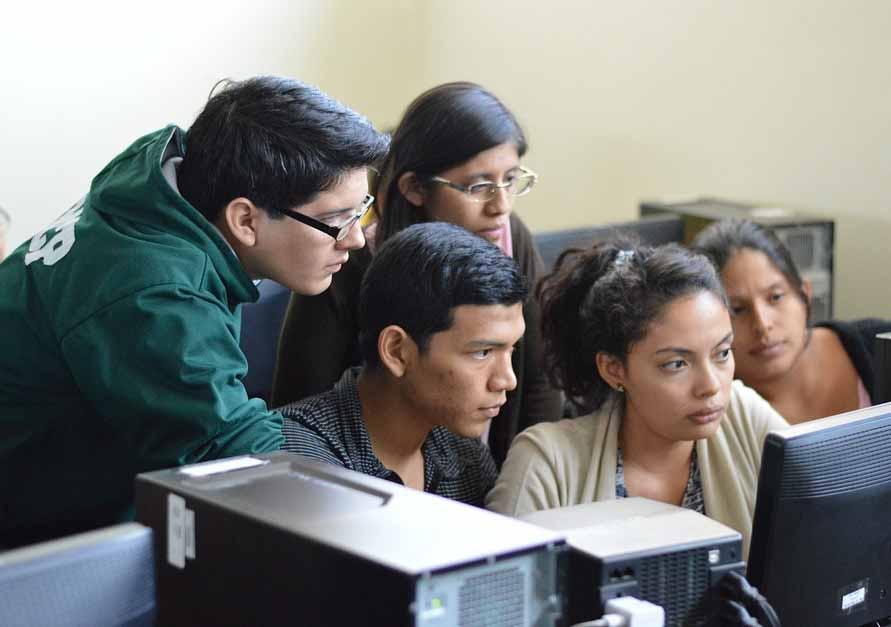 Alumnos frente a una computadora