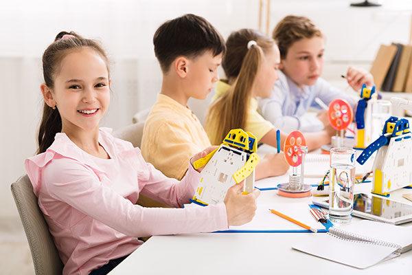 Pedagogía, niños haciendo manualidades