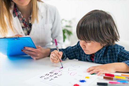 Psicología educativa niño pintando sobre papel x