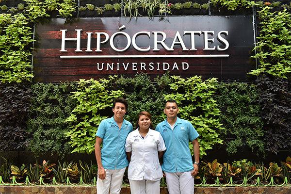 Tres jóvenes vestidos con uniforme médico