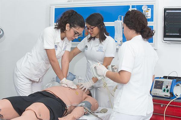Tres mujeres enfermeras practicando RCP