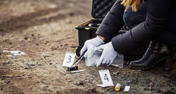 Carrera de Criminología, manos recogiendo evidencia
