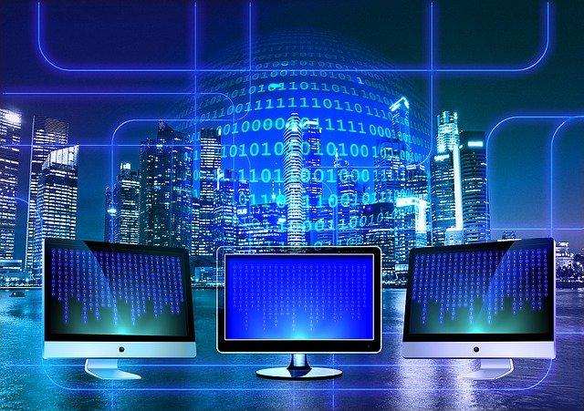 tres computadoras donde se esta programando código