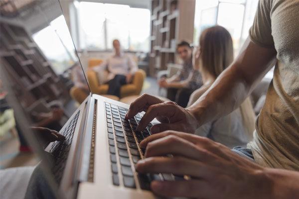 Hombre escribiendo en laptop