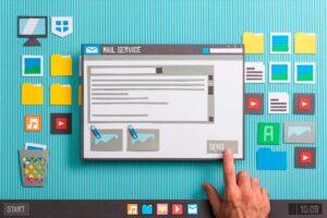 Imagen que muestra una mano manipulando una tablet y redes sociales