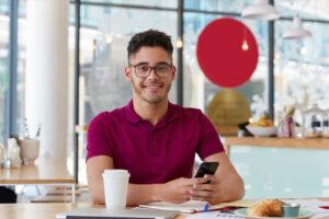 Hombre desayunando y sonriendo